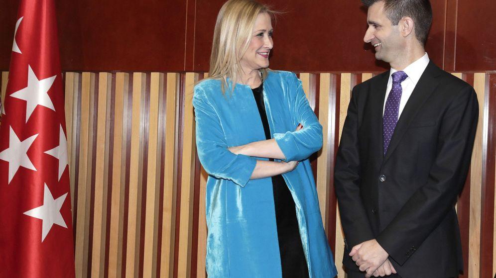 Foto: Cristina Cifuentes, presidenta de la Comunidad de Madrid, junto a José Pablo López, presidente de Telemadrid. (EFE)