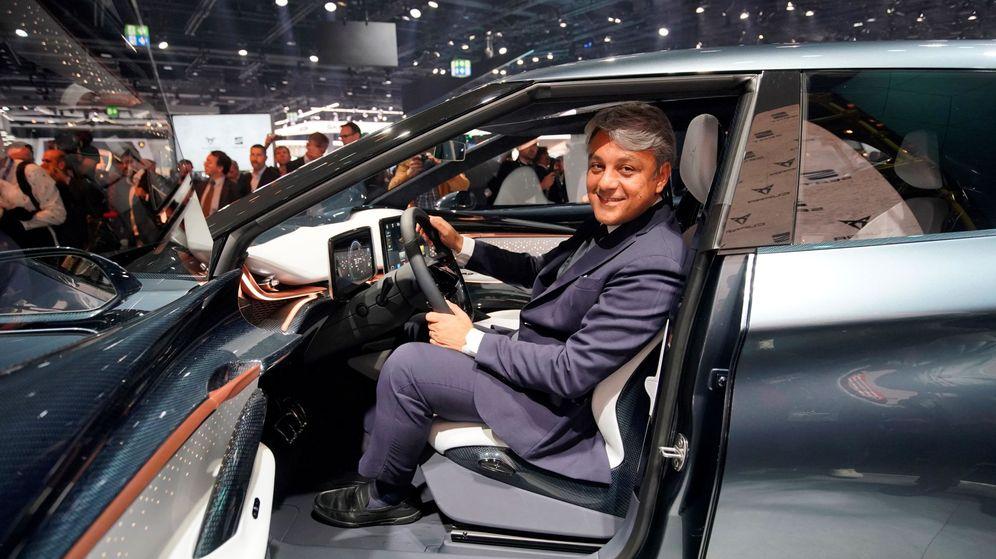 Foto: El CEO de Seat, Luca de Meo, en uno de los modelos de la firma. (EFE)