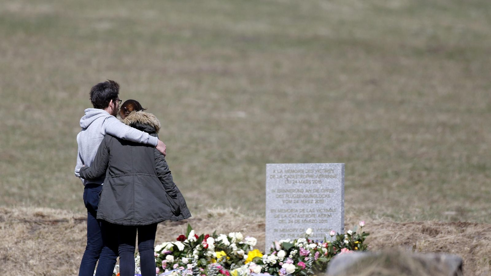 Foto: Familiares de las víctimas visitan el monolito en homenaje a los fallecidos del avión de Germanwings. (Efe)