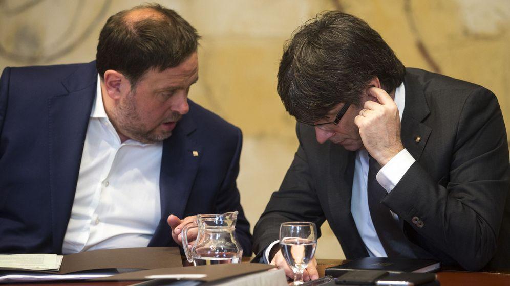 Foto: El presidente de la Generalitat de Cataluña, Carles Puigdemont (d), habla con el vicerpresidente y consejero de Economía, Oriol Junqueras. (EFE)
