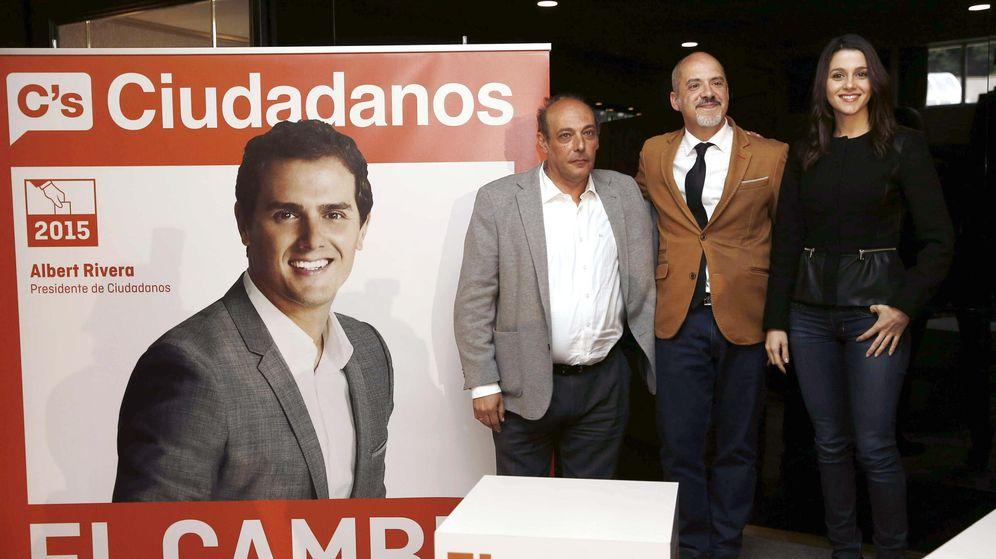 Foto: La diputada en Parlamento de Cataluña y dirigente de Ciudadanos, Inés Arrimadas, posa con el candidato a la Presidencia navarra, Diego Paños (centro), y el candidato a la alcaldía de Pamplona, Iñaki Arana (EFE)