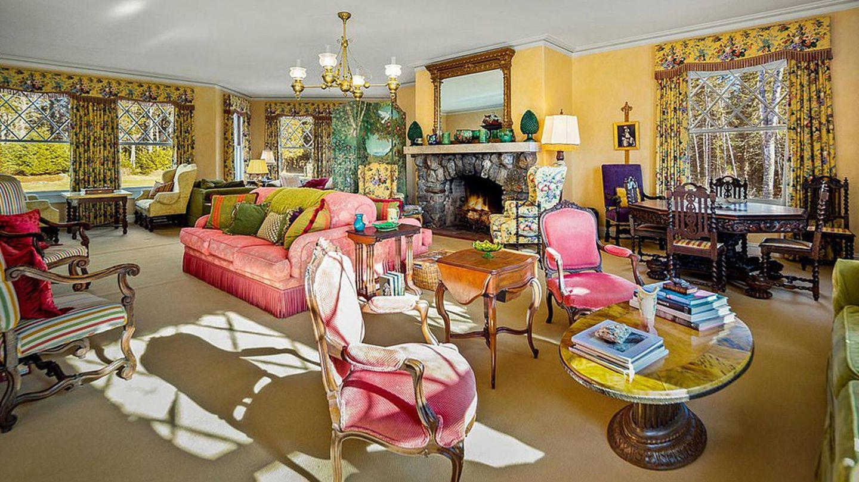 Uno de los salones de la propiedad de John Travolta. (Sotheby's International Realty)