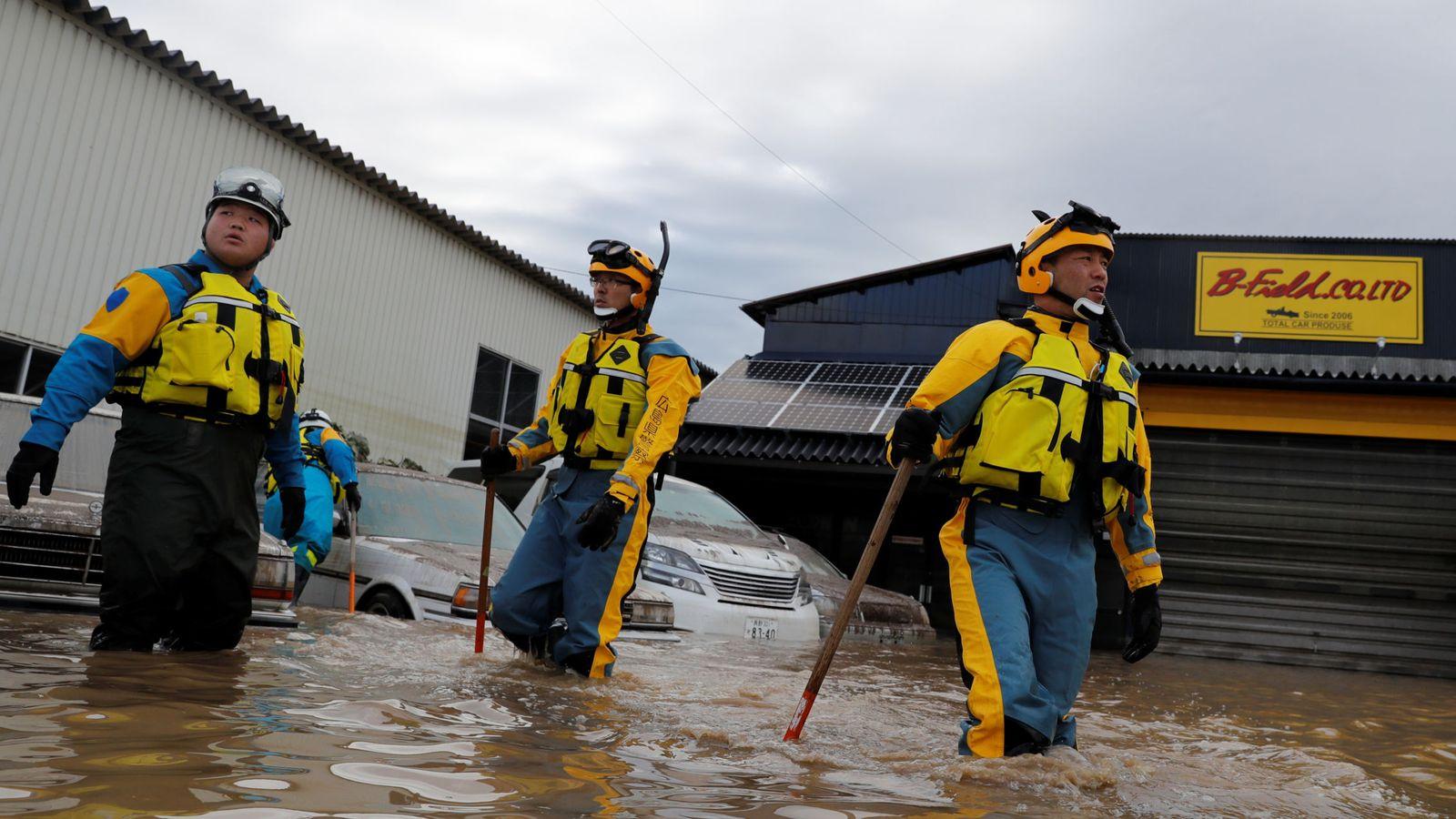 Foto: Efectivos de policía en una zona inundada em Japón. (Reuters)