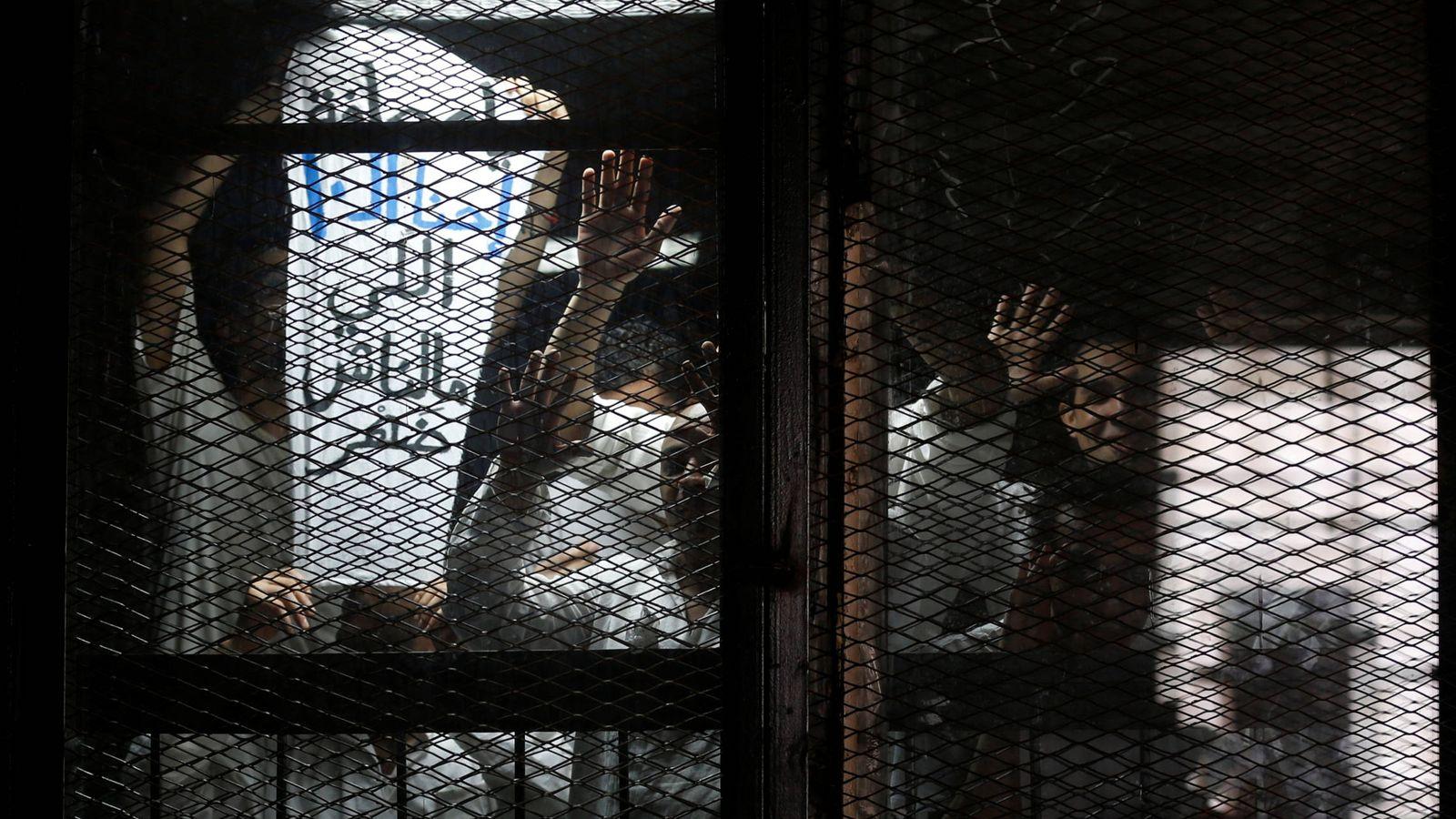 Foto: El fotoperiodista egipcio Mahmoud Abu Zeid, durante su juicio en El Cairo, el 31 de mayo de 2016. (Reuters)