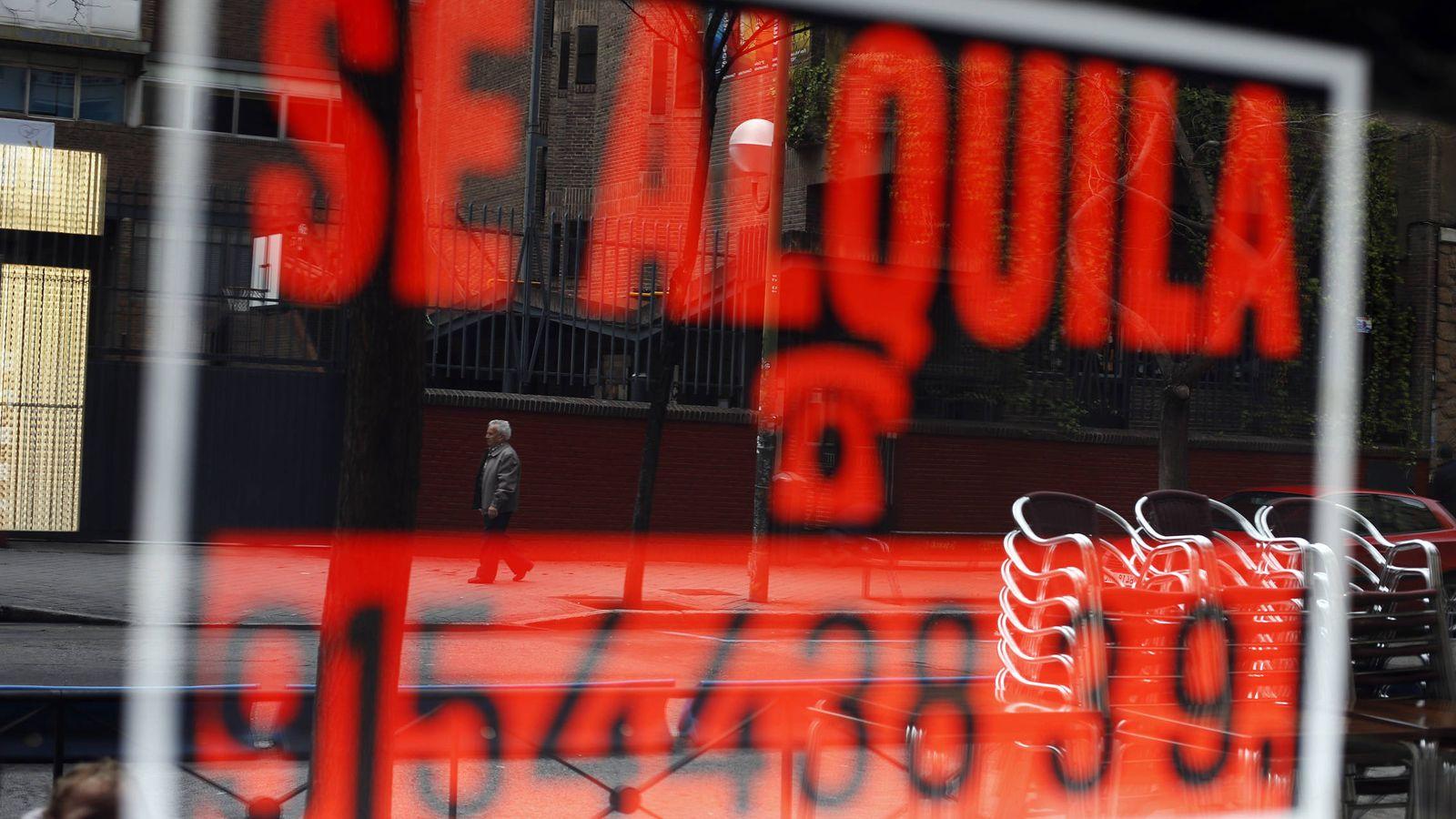 Foto: Un cartel de se alquila en un local de Madrid. (Reuters)