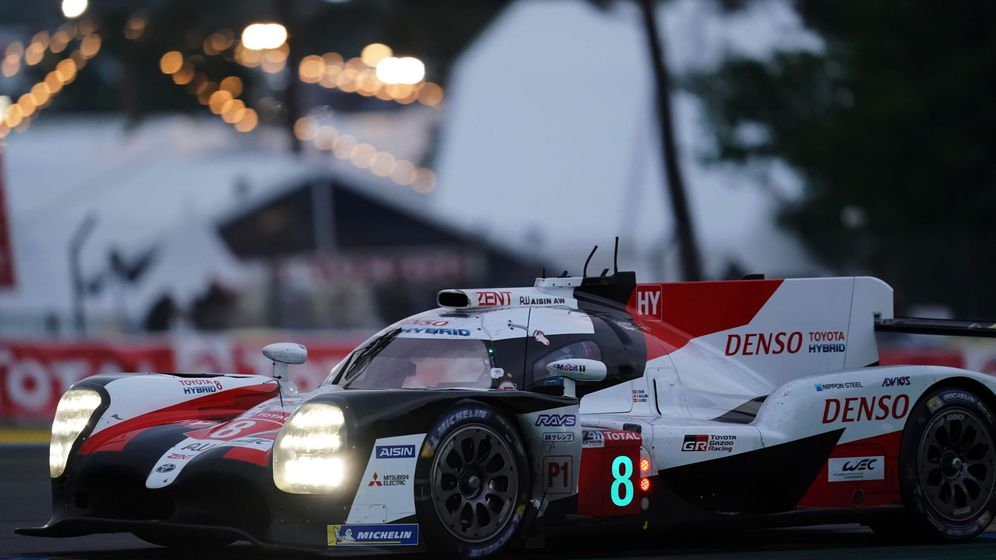 Foto: El Toyota de Alonso, Nakajima y Buemi en acción en Le Mans. (EFE))
