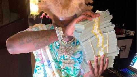 Un rapero tira 100.000 dólares por el retrete y la borda de su barco