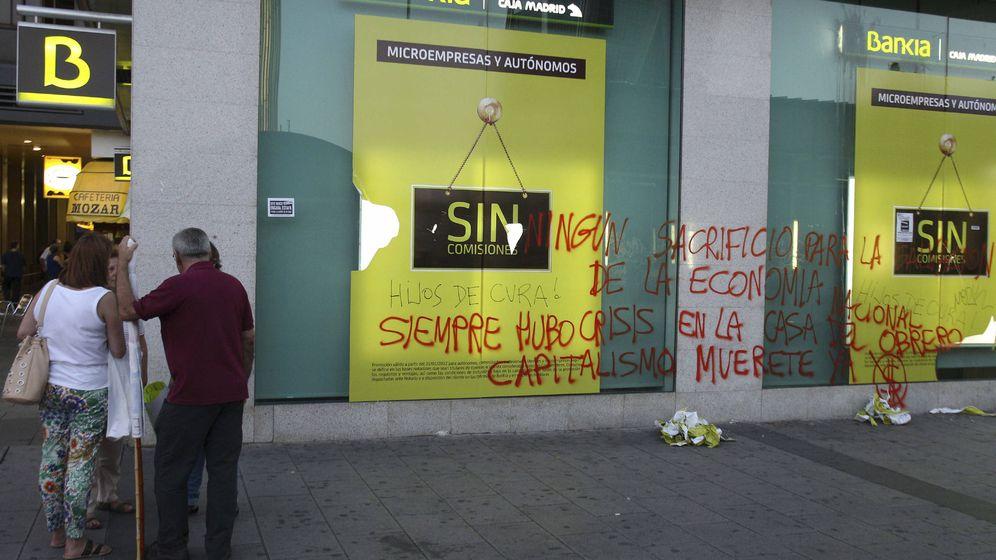 Foto: Imagen de una pintada en una sucursal de Bankia en 2012 (EFE)