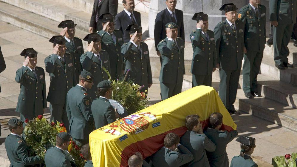 Foto: Los restos del guardia civil Juan Manuel Piñuel, asesinado en el atentado contra la casa cuartel de Legutiano en 2008. (EFE)