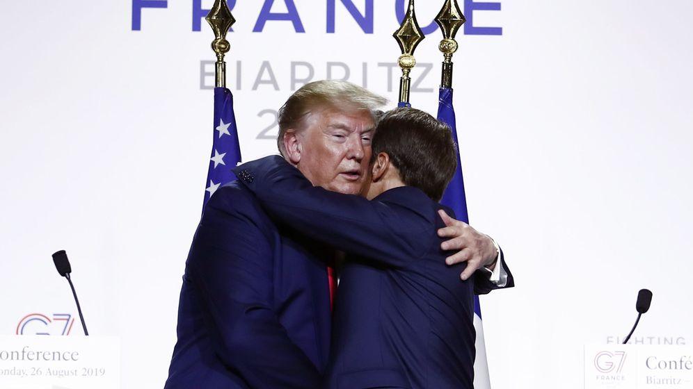 Foto: Trump y Macron se abrazan durante la cumbre del G-7. (EFE)