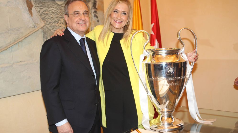 Foto: Florentino y Cristina Cifuentes, con la copa de la Champions League. (Gtres)