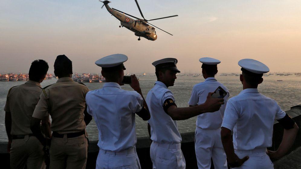 Foto: Policías y miembros de la Armada de la India observan los ensayos para el Día de la Marina en Mumbai, en diciembre de 2016. (Reuters)