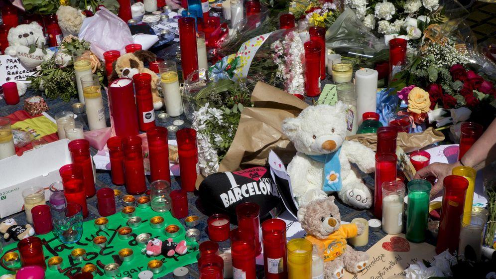 Foto: Los ciudadanos dejan flores y velas en las ramblas para rechazar la violencia