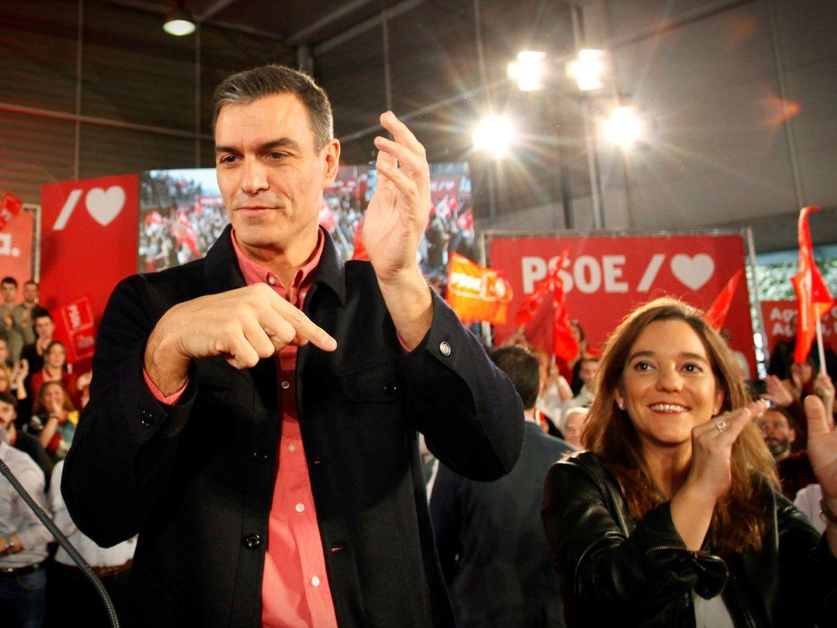 Foto: Pedro Sánchez, junto a Inés Rey, en un acto de precampaña de la actual alcadesa de A Coruña. (EFE)