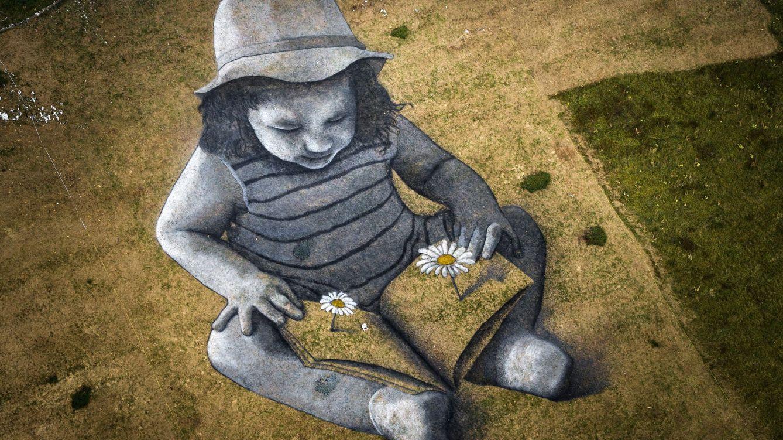 Foto: Vista de la obra 'Una historia del futuro', del artista francés Saype. (EFE)