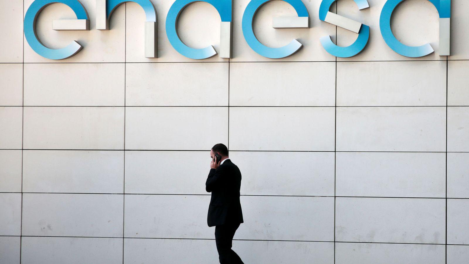 Foto: Un hombre camina bajo el logo de Endesa. (Reuters)