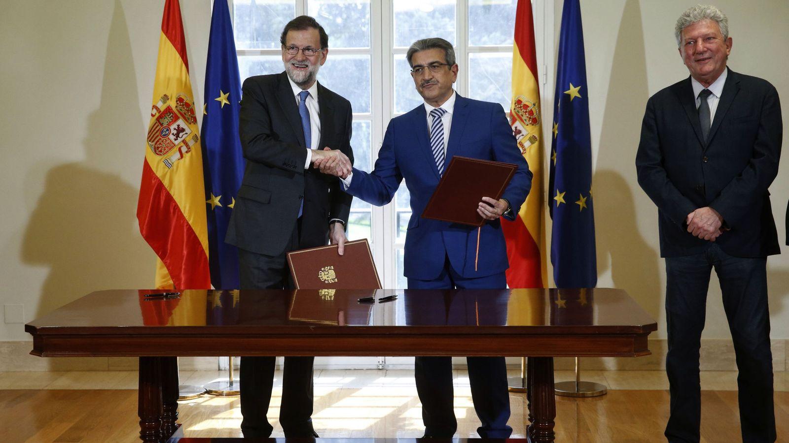 Foto: Rajoy cuando firmó el acuerdo con Nueva Canarias para los presupuestos de 2017 el pasado año.