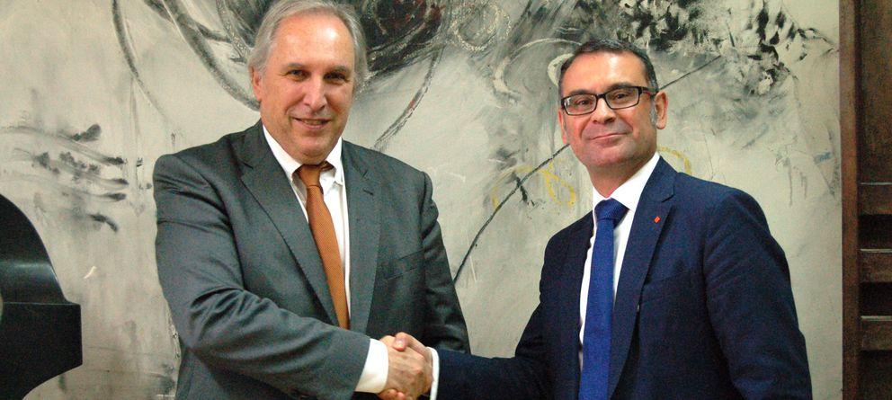 Foto: El alcalde de Parla, José María Fraile (d), con Didier Maurice, director general de Cofely. (Foto: Cofely)