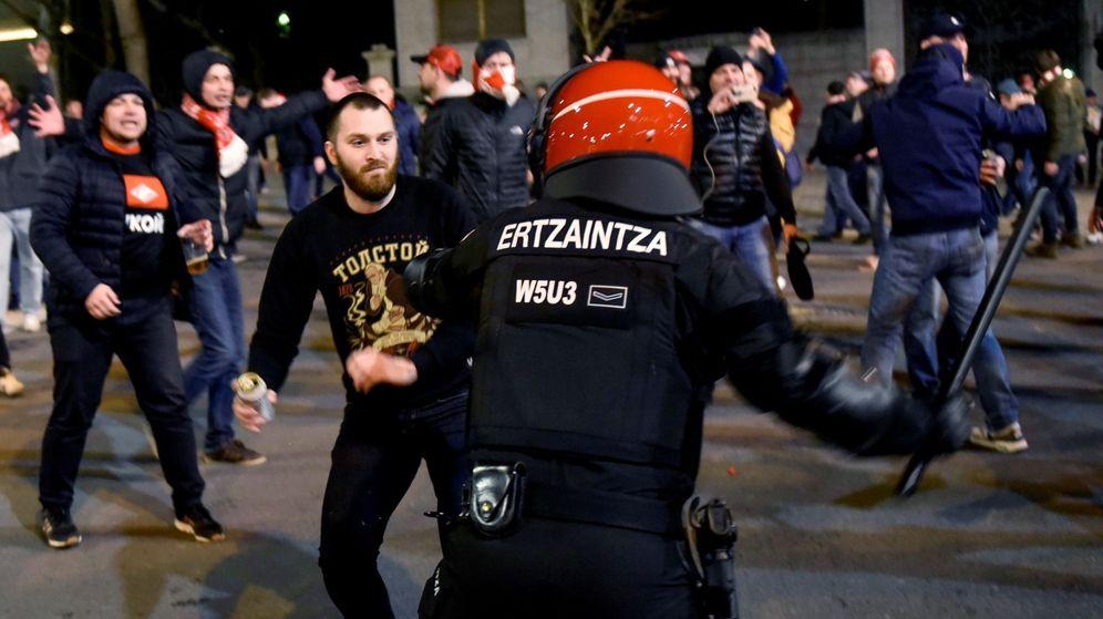 Foto: Un 'ertzaina' interviene durante la batalla campal entre hinchas del Athletic y el Spartak el pasado 22 de febrero durante la cual murió un agente. (EFE)