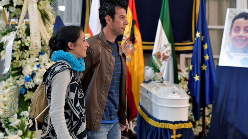 Foto: Ángel Cruz y Patricia Ramírez, los padres de Gabriel Cruz, en la capilla ardiente instalada en la Diputación de Almería este lunes. (EFE)