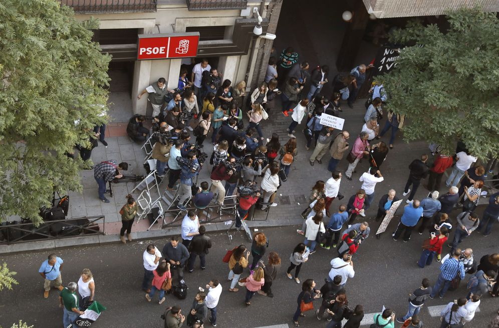 Foto: Decenas de periodistas a las puertas de la sede de Ferraz, el día del comité federal del 1 de octubre que se llevó por delante a Pedro Sánchez. (EFE)
