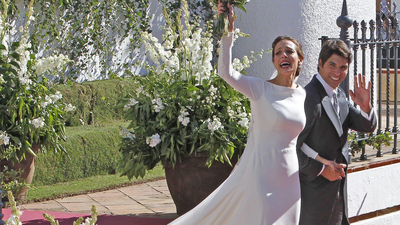 Foto: Eva González y Cayetano Rivera saludan a la salida de la iglesia (Gtres)