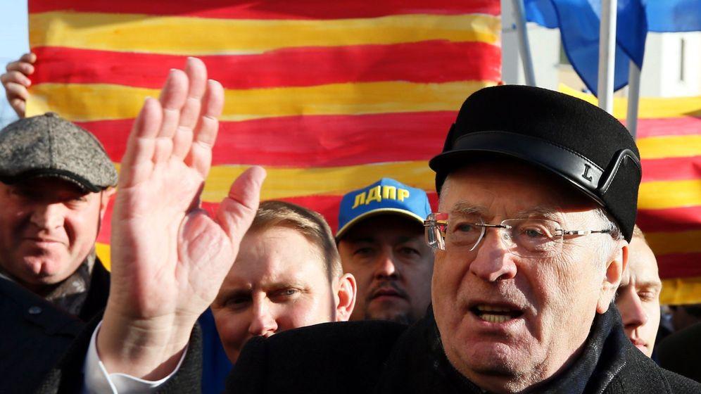 Foto: El político ultranacionalista ruso Vladímir Zhirinovski se manifiesta ante el Consulado de España en Moscú a favor de la independencia de Cataluña. (EFE)
