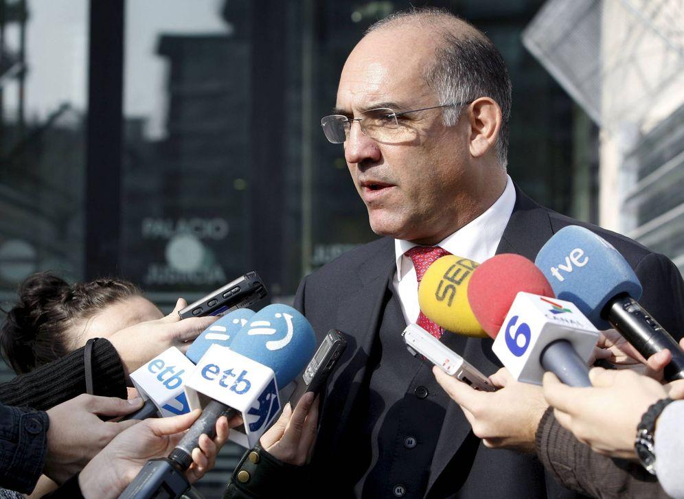 Foto: Alonso Belza atiende a los medios de comunicación durante el juicio por el asesinato de Nagore Laffage. (EFE)