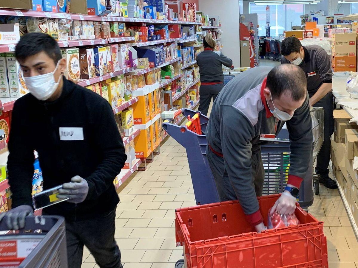 Foto: Varias personas en un supermercado DIA.