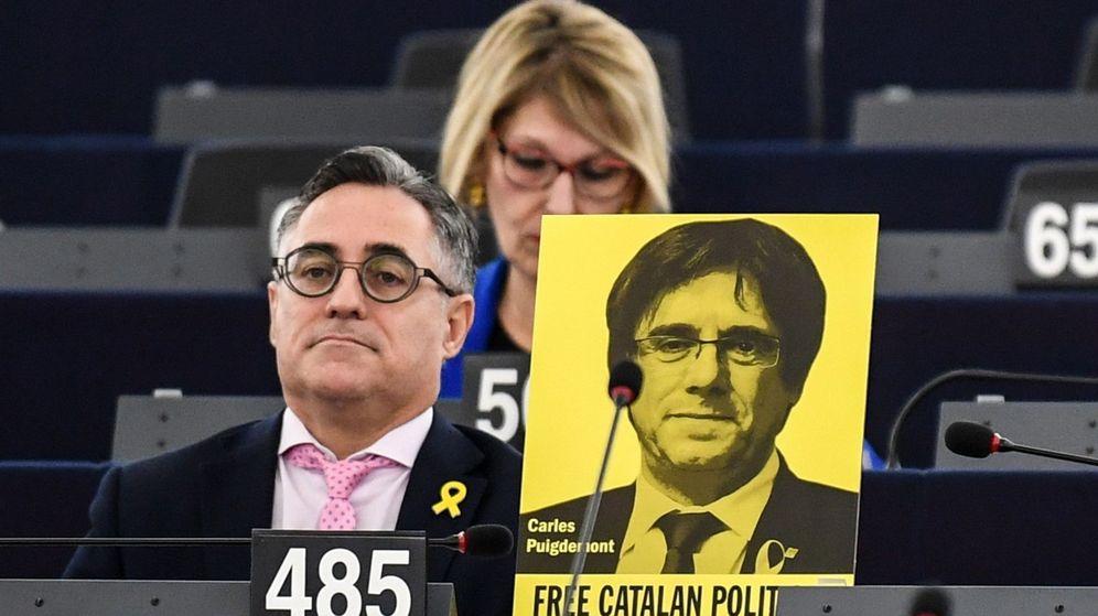 Foto: Eurodiputados muestran carteles en apoyo del expresidente de la Generalitat Carles Puigdemont. (EFE)