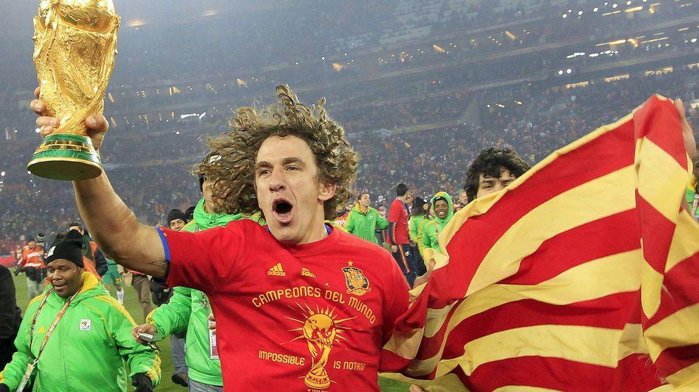 Foto: Carles Puyol, con la Copa del Mundo que España ganó en Sudáfrica en 2010. (EFE)