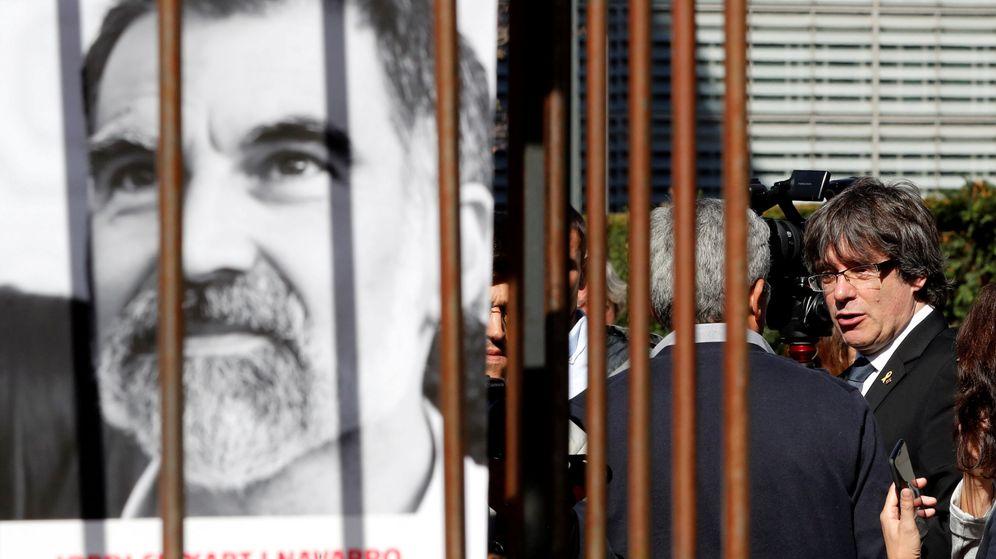 Foto: Carles Puigdemont, junto a un cartel del encarcelado Jordi Cuixart. (reuters)