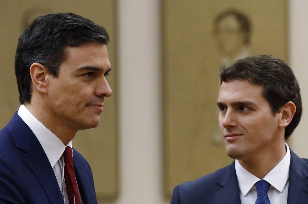 Foto: Sánchez y Rivera en la firma del acuerdo para la investidura. (Efe/ Chema Moya)