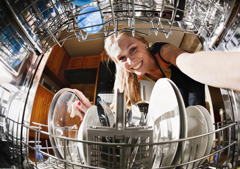 Foto: Descubre qué es lo que ocurre dentro de tu lavaplatos que hace que la vajilla se limpie mal y gastes demasiada agua. (iStock)