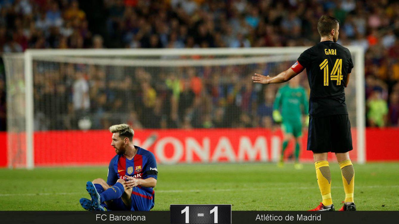 Foto: Messi, en el suelo doliéndose de su lesión (Albert Gea/Reuters).