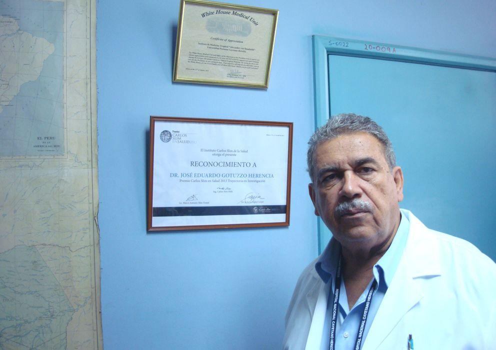 Foto: Eduardo Gotuzzo, junto al diploma del Premio Carlos Slim en Salud 2013. (J. Escudero)