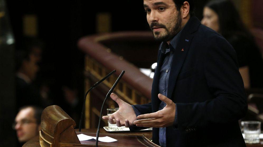 Foto: El líder de Izquierda Unida-Unidad Popular, Alberto Garzón, se dirige desde la tribuna al candidato socialista Pedro Sánchez durante la segunda jornada de la sesión de investidura. (EFE)