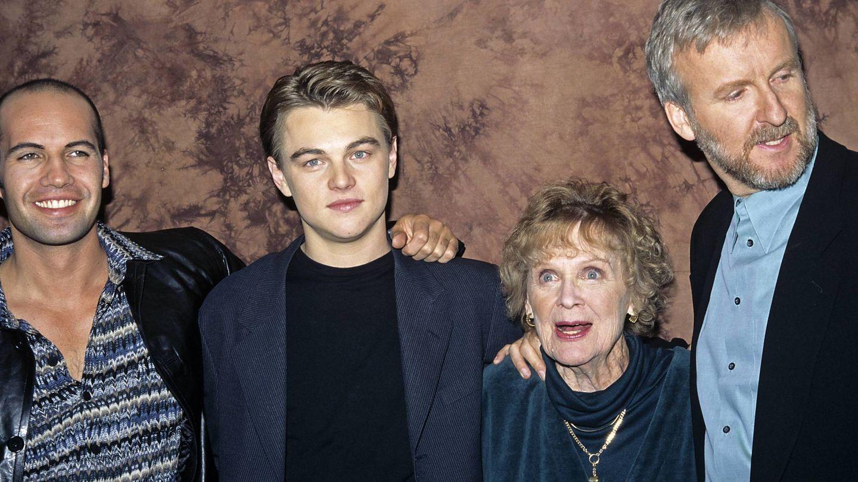 Billy Zane, Leonardo DiCaprio, Gloria Stuart y James Cameron, en uno de los estrenos de 'Titanic'. (CP)