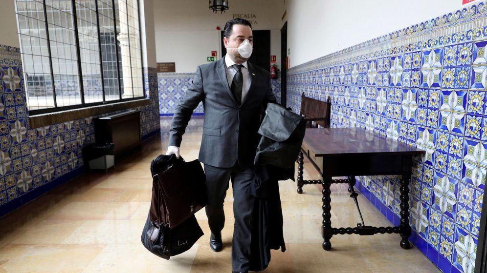 Foto: David Arranz, abogado de Víctor Láinez, entra en la sala del Tribunal Superior de Justicia de Aragón. (EFE)