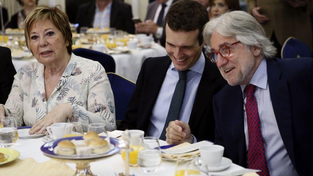 Foto: Pablo Casado, junto a Celia Villalobos y Josep Sánchez Llibre, en una imagen de archivo. (EFE)