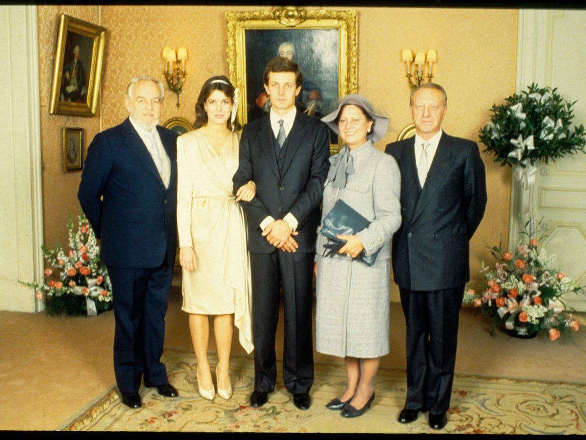 Foto: Carolina de Mónaco y Stefano Casiraghi, con sus respectivos padres el día de su boda. (Getty)