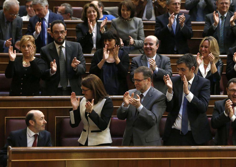 Foto: Los diputados socialistas aplauden al secretario general del PSOE, Alfredo Pérez Rubalcaba. (Efe)