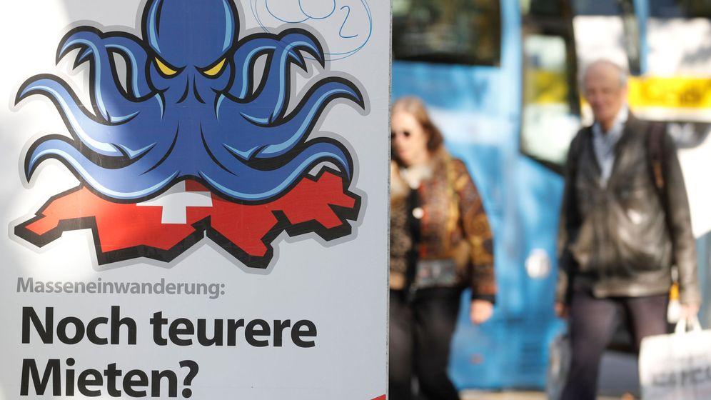 Foto: Póster del Partido Popular suizo alertando de la masiva inmigración antes de las elecciones. (Reuters)