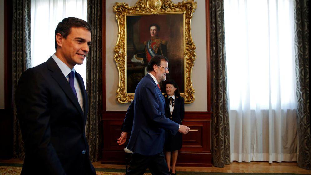 Foto: El presidente del Gobierno en funciones, Mariano Rajoy, y el líder del PSOE, Pedro Sánchez, en su reunión este martes en el Congreso de los Diputados. (Reuters)