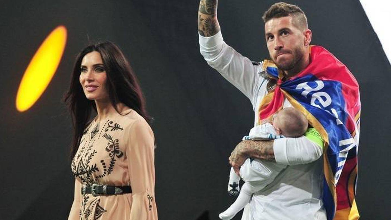 Sergio Ramos y Pilar Rubio, junto a uno de sus retoños en la final de la Champions. (Cordon Press)