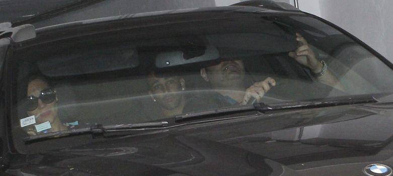 Foto: El francés Adil Rami, accediendo en el asiento de atrás del coche al estadio del Valencia.