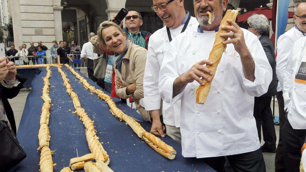 Foto: Karlos Arguiñano, con una bocadillo entre manos. (EFE/Esteban Cobo)