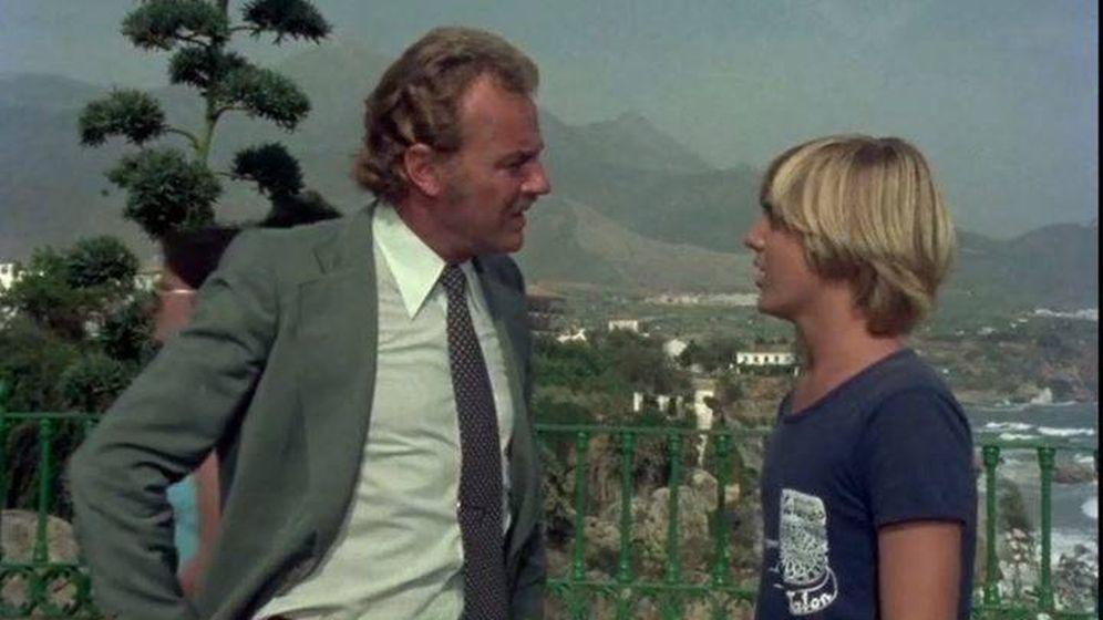 Foto: Un fotograma de la serie 'Verano Azul' en la que aparecen Javi y su padre. (RTVE)