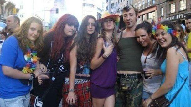 Foto: Las hijas de Rodríguez Zapatero en el Orgullo Gay. (Facebook)