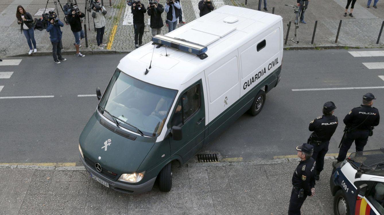 Foto: El incidente que provocó el juicio contra el guardia civil se produjo a la salida del juzgado, tras una declaración de Alfonso Basterra. (EFE)